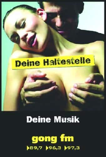 """Eine """"Pornoattacke auf Kinder"""" sieht Dr. Franz-Xaver Schmid in den Plakaten von Gong FM an Regensburger Bushäuschen."""