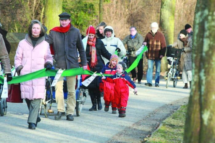 70 Spaziergänger trafen sich, um für den Erhalt des Alleengürtels von der Albertstraße bis zum Stadtpark zu demonstrieren.Foto: Staudinger