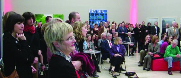 """Eine Ausstellungs-Eröffnung der etwas anderen Art. Die schiere Begeisterung über die Party zum """"Essl-Award"""" steht Dr. Ulrike Lorenz, Direktorin des Kunstforums Ostdeutsche Galerie ins Gesicht geschrieben.Foto: Lang"""