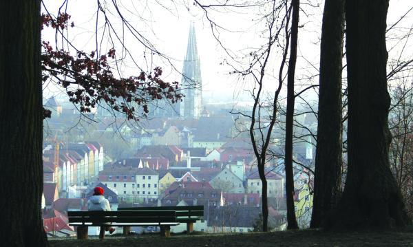 Blick vom Dreifaltigkeitsberg auf das lebendige Regensburg. Einige Meter nebenan liegt der mit 5.000 Grabplätzen größte städtische Friedhof und das von Weitem fast bedrohlich wirkende Krematorium.Alle Fotos: Schmülling
