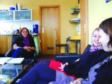 """Sozialpädagogin Erna Watzlawick mit Gespräch mit Jennifer und Elisabeth im Gemeinschaftsraum eines der Jugendwohnhäuser. """"Wir suchen ständig geeigneten Wohnraum.""""Foto: pcs"""