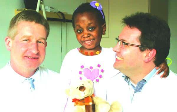 Kinderchirurgie-Chefarzt Dr. Bertram Reingruber (l.) und Assistenzarzt Dr. Markus Dürsch freuen sich, dass sie der kleinen Regina aus Angola mit einer komplizierten Operation helfen konnten.Foto: pm
