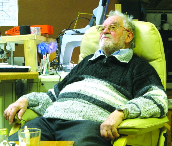 81 Jahre und kein bisschen leise – Hajo Burger will jetzt mit der Vermarktung und Produktion seiner Erfindungen beginnen. Er gründete die wohl kleinste Patentwerkstatt der Welt.Foto: Aigner