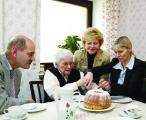 Im Bürgerheim Kumpfmühl ist gut Guglhupf essen. Oberbürgermeister Hans Schaidinger und Bürgermeisterin Petra Betz sind mit Sicherheit nur vorbei gekommen, um der alten Dame eine Freude zu machen. Das Erinnerungsfoto für die Medien inklusive.Foto: Städtische Pressestelle