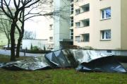 Emma schaute bei Ludwig Reindl vorbei und nahm kurz das Dach eines Nebengebäudes mit. Vor dem Haus ließ sie es aber schließlich zurück…Fotos: Staudinger