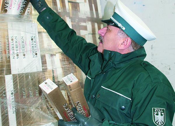 Unbehelligt passierte der Schmuggel-Lkw fünf Grenzübergänge, bevor Zöllner in Wernberg unter Kisten mit Paprikaschoten 28 Euro-Paletten mit Zigarettenstangen entdeckten.Foto: Archiv