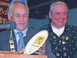 So schön kann Bayern sein: Der letztjährige Preisträger Erwin Huber mit dem Königstreuen-Kini Anton Hofmann.