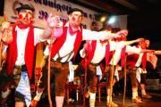 """Der Höhepunkt des Abends Das Kiefernholzer Jungbauernballett: """"De Leit sitzn verkehrt."""" Soviele waren's ja nicht.Fotos: Staudinger"""