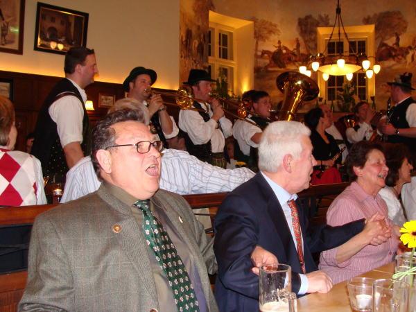 Sanges- und schunkelfroh zur Menzl-Kapelle: Die Eintracht in der CSU wirkt perfekt. Foto: Aigner