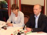 Allgemeine Begeisterung? SPD-Chefin Margit Wild und SPD-Hoffnungsträger Joachim Wolbergs bei der Vorstellung der Koalitionsvereinbarung.                                     Foto: Aigner