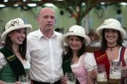 King of Queens: Joachim Wolbergs und die Bierköniginnen. Foto: Mirwald