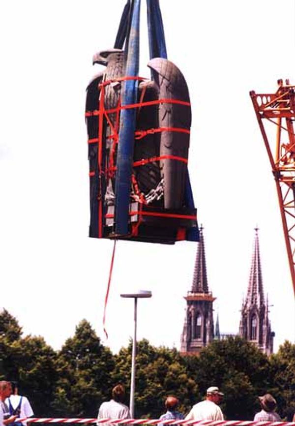 Die bislang letzte Reise des Brückenadlers: 2001 wurde er demontiert und eigelagert.   Foto: Stadt Regensburg