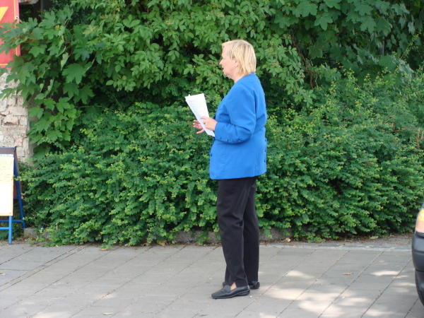 Mit Flugblättern gegen Justiz und Gutachter: Doris Simon.