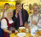 Heilig und heilsam? Uwe Fritz, Helga Fitterer, Franz Rieger und Hans Renter testen die Weihrauch-Weißwurst. Foto: Aigner