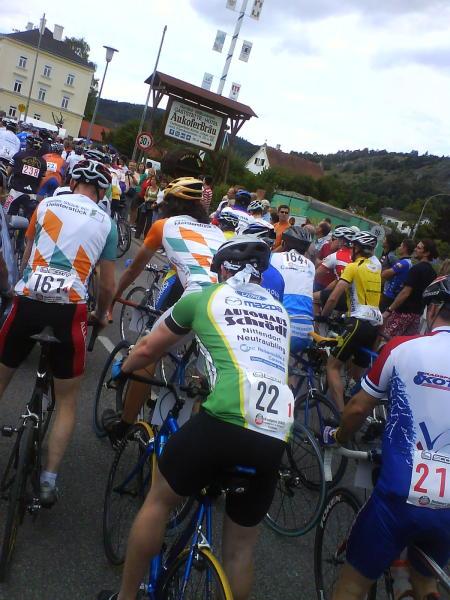 Startschuss am Samstag: Die Fahrer gehen in die erste Runde der 17 Kilometer langen Strecke.