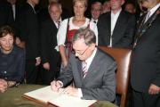 Endlich. Horst Köhler trägt sich ins Goldene Buch der Stadt Regensburg ein. Foto: Staudinger