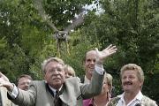Geschafft! Umweltminister Bernhard und der Turmfalke haben den Fototermin unverletzt überstanden. Foto: Mirwald