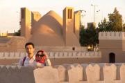 Die Architektin Nasim Karizi und der Ingenieur Dr. Behnam Salimbahrami vor einem Eisturm in Meybod (Provinz Yazd).