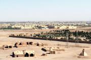 Blick auf die Wüstenstadt Yazd (in der gleichnamigen Provinz) herab von den Türmen des Schweigens am Rande der Wüste Kavier. Im eingefriedeten, begrünten Teil liegen die heutigen Begräbnisstädte der Zoroastrier (auch Zarathustrier).  Im rechten unteren Bildrand ist ein Eisturm erkennbar, in dem Eisblöcke aus dem Gebirge, eingegraben im Erdboden, gelagert werden können. Seit dem Verbot der Totenbestattung auf den Plateaus der Türme dient der vorderste Teil der Anlage nebst Türmen als Gedenkstätte.