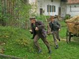 Die Kneißl-Brüder Mathias (Maximilian Brückner) und Alois (Florian Brückner) stehlen die Hühner und Eier vom Nachbarbauern. Foto: movienetfilm.de