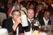 ... da werden aus Feinden kurzfristig wieder Freunde: Franz Rieger, Christian Schlegl. Foto: Staudinger