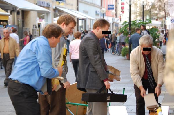 Beleg oder Kampagne? Willi Wiener (2.v.li.) und Arthur Bechert (li.) am Infostand.