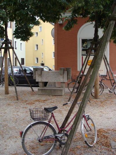 Gut versteckt: die Gedenkstele für die Opfer des KZ-Außenlagers Colosseum in Stadtamhof. Foto: Archiv