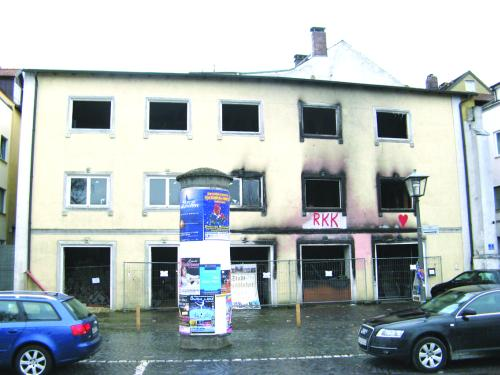 Das Adler-Haus in der Thundorfer Straße. Seit einer Brandstiftung im Sommer 2007 ist die Fassade rußgeschwärzt. Foto: Aigner