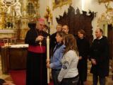 """""""Juden und Christen sind einander in besonderer Weise verbunden."""" Bischof Müller beim Entzünden der Friedenskerze."""