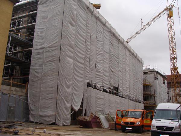 Jetzt noch verhüllt, ab September bezugsfertig: das neue Bürger- und Verwaltungszentrum. Fotos: Aigner