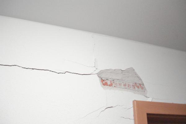 Ein häufiges Bild: Abgesprungenes Mauerwerk, Risse in den Wänden.