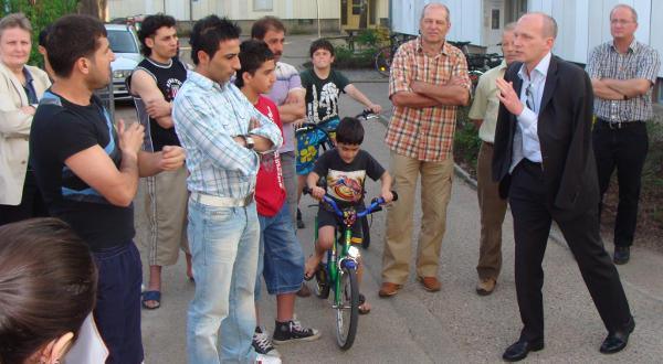 SPD-Sozialbürgermeister Joachim Wolbergs im Kreis von Asylbewerbern auf dem Hof der GU Regensburg. Foto: Aigner