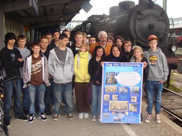 Hugo Höllenreiner mit Schülern der Hans-Herrmann-Schule.