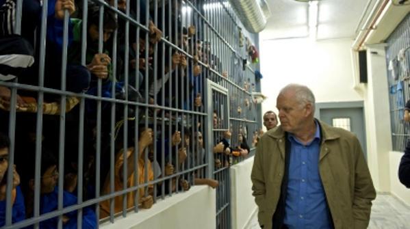 Thomas Hammarberg, Menschenrechtskommisar desEuroparats besichtigt das Flüchtlingslager Fylakio für Papierlose. Foto: Bayerischer Flüchtlingsrat