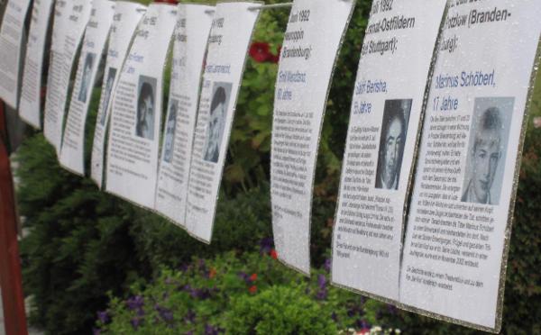 Opfer rechter Gewalt: 130 Tafeln waren bei der Kundgebung am Spitalplatz aufgestellt.