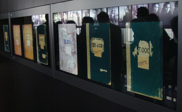 Häftlingsbücher in Flossenbürg. Gegenüber: Bilder der Menschen hinter den Nummern. Fotos: Aigner