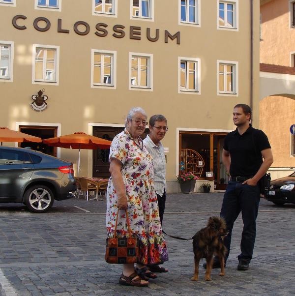Vor dem ehemaligen KZ-Außenlager Colosseum in Stadtamhof: Rahel Springer, Luise Gutmann und Andreas Schmal. Foto: Aigner