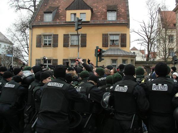Nazi-Demo im Dezember 2005: Nur durch massiven Polizeieinsatz konnte der 60köpfige Aufmarsch durchgesetzt werden. Foto: Archiv