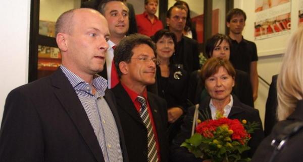 Geknickt: SPD-Kandidat Karl Söllner (2. v.li.) im Kreis der Genossen. Foto: Staudinger