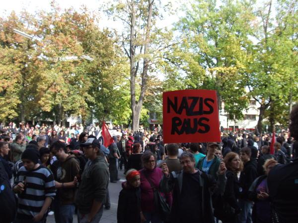 Albertstraße Hunderte Menschen stellen sich den Nazis in den Weg.