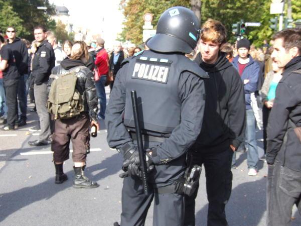 Diskussion: Ein Demonstrant verlangt die Dienstnummer. Erfolglos.