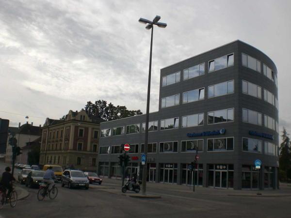 """Die Linke zum Atrium: """"Die Disharmonie zu den benachbarten Gebäuden ist erschreckend und bricht mit dem kollektiven städtebaulichen Zusammenhang."""""""
