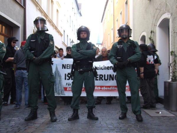 Der Nazi-Tross steht ...
