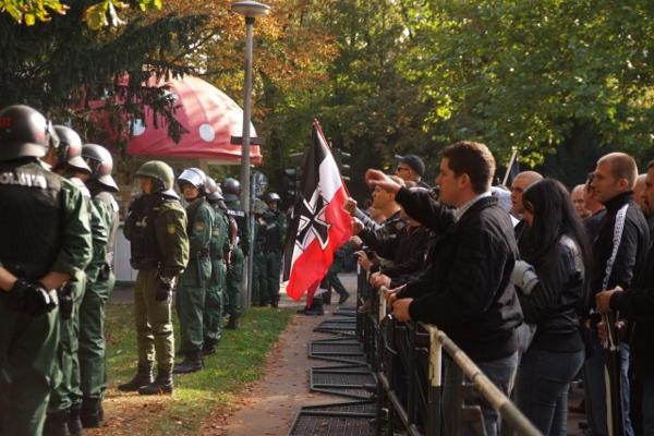 Nazis hinter Gittern: Fast zwei Stunden später als geplant konnte der Aufmarsch starten. Foto: Staudinger