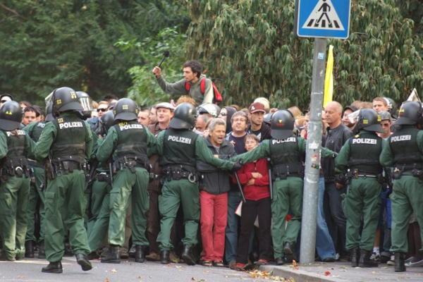 Massive Polieipräsenz, friedlicher Protest. Foto: Staudinger