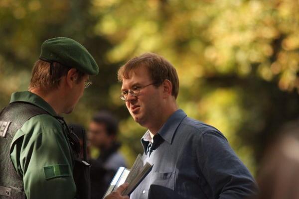Eines von vielen Gesprächen mit der Polizei: Willi Wiener musste am Ende klein beigeben. Foto: Staudinger