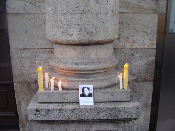 Symbolische Geste: Vor dem Eingang des Justizgebaudes werden Kerzen für Tennessee Eisenberg aufgestellt. Fotos: Aigner