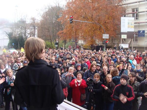 Die Kundgebung ist nur kurz. Die Straße bleibt dennoch bis 16.15 Uhr dicht.