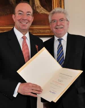 """Peter Esser (li.) wurde 2010 das Verdienstkreuz für """"unternehmerischen und ehrenamtlichen Verdienste um die oberpfälzische Wirtschaftsregion sowie im kulturellen und sozialen Bereich"""" verliehen. Foto: pm"""