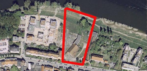Die Bebauung am Unteren Wöhrd war lange umstritten. Seit dem 7-Häuser-Projekt geht sie munter weiter - ohne Bebauungsplan. Rot umrandet: Die Fläche, auf der das Immobilienzentrum bauen will. Luftbild: Stadt Regensburg